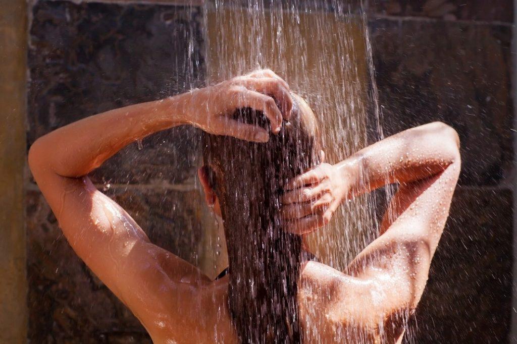 女性用スカルプシャンプーはシャンプーする前に髪をお湯で洗い流す