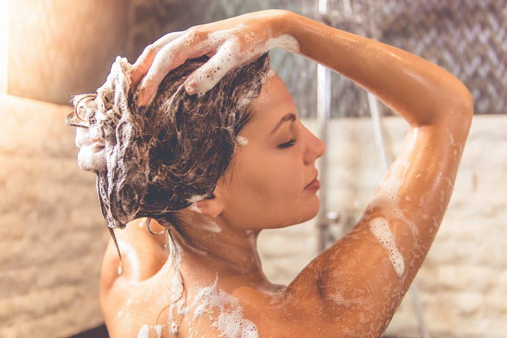 女性用スカルプシャンプーはしっかり泡立て、指の腹でマッサージするように時間をかけて洗う