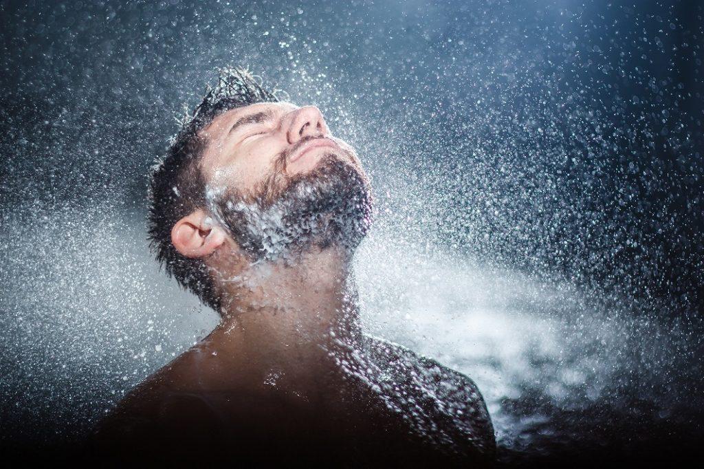 メンズ洗顔料の泡を残さないように洗い流す