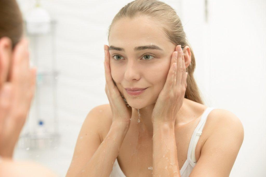 まつげ美容液は洗顔後、丁寧に塗る