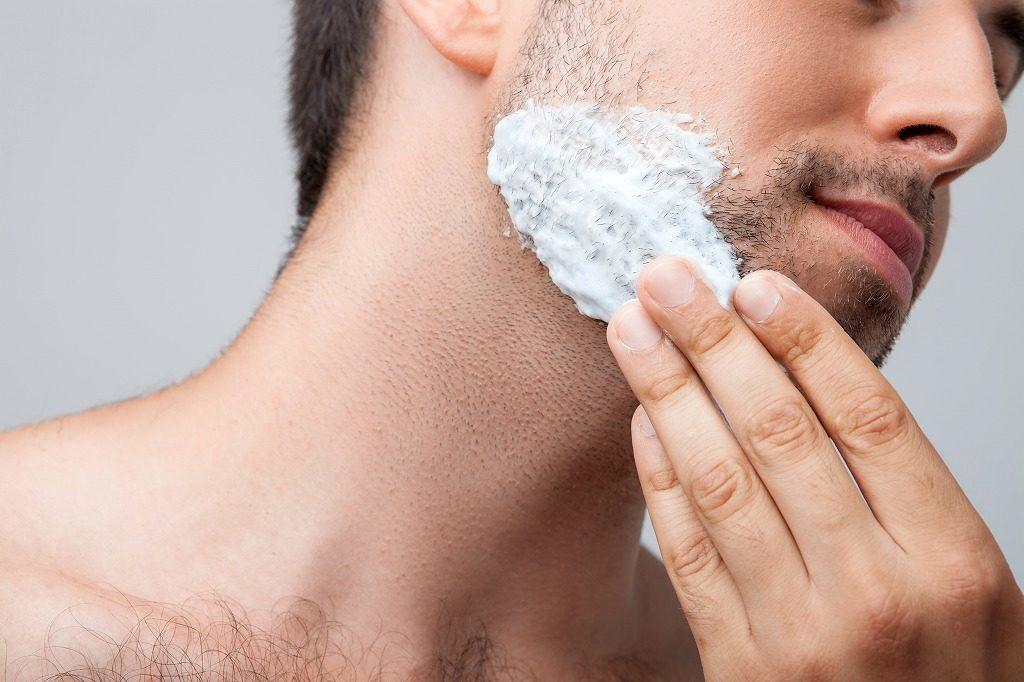 髭剃り前にシェービング剤を塗っておきましょう