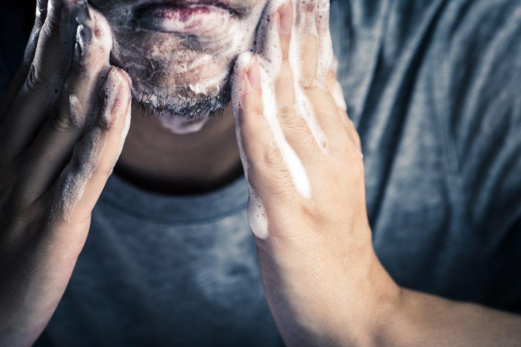 泡立てた洗顔料で顔を洗う