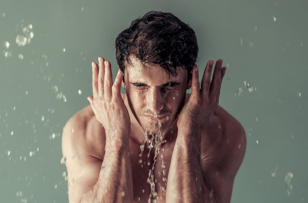 化粧水でお肌に水分を補給する