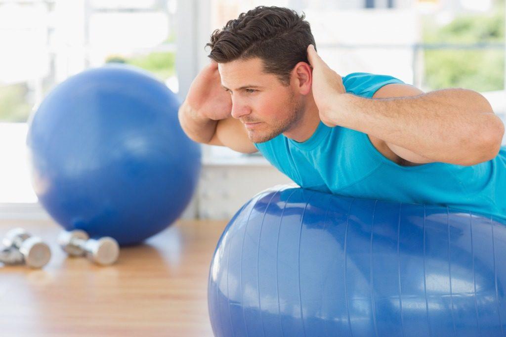 自重トレーニングでバランスボールを使ってみるのもアリです
