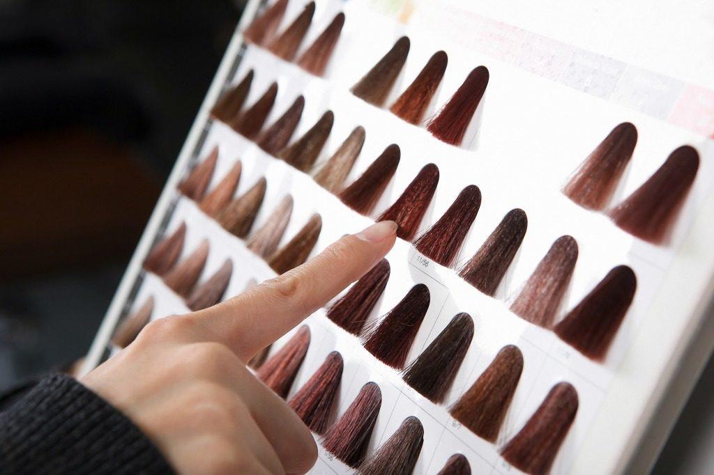 市販のヘアカラーは自分に合う色を選びましょう