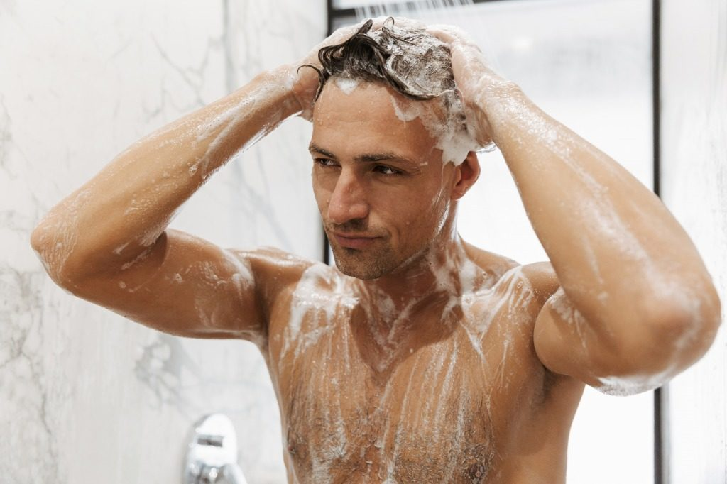 メンズシャンプーの使用時髪や頭皮に刺激を与えないようにしましょう