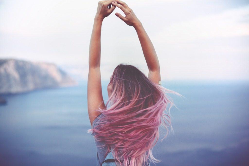 ヘアカラーした日は髪を洗うのを控えましょう