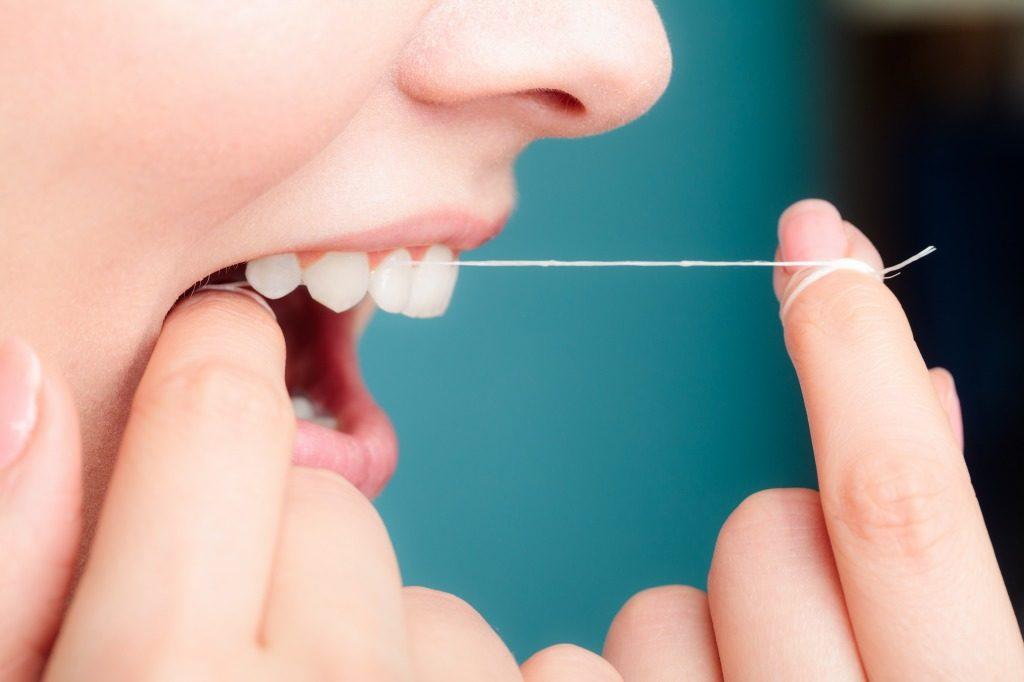 歯ブラシとデンタルフロスを併用するのもおすすめです