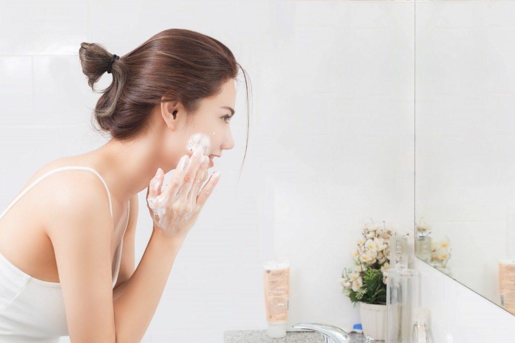 敏感肌用洗顔料は肌に負担を与えないよう意識しながらやさしく洗いましょう