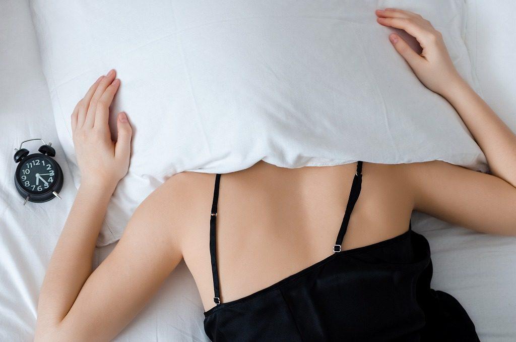 枕を使用せずに眠るのは負担になります