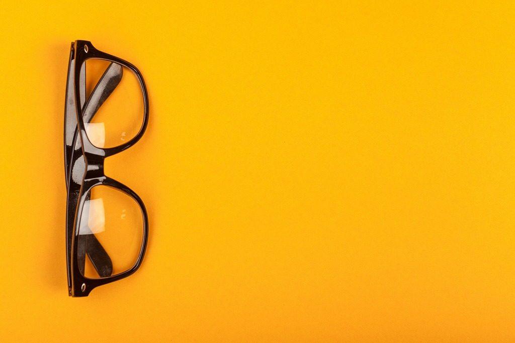 花粉対策メガネはレンズを下にして置かないようにしましょう