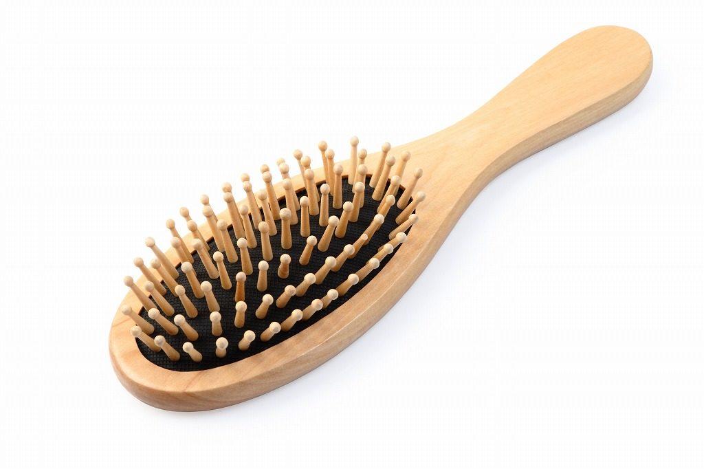 男性用フケ対策シャンプーは髪を濡らす前にブラッシングを行いましょう